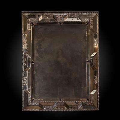 Importante specchiera interamente rivestita in vetro di Murano, a linee geometriche spezzate, arricchite da profili a torciglione sempre in vetro, Venezia, 18° secolo (altezza 128 cm, larghezza 101 cm)
