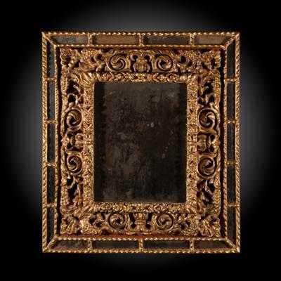 Importante coppia di specchiere in legno riccamente scolpito e dorato, specchi al mercurio, quello centrale incorniciato da motivi di guirlande e di fiori stilizzati, Italia, 17° secolo (altezza 76 cm, larghezza 67 cm, profondità 7 cm)