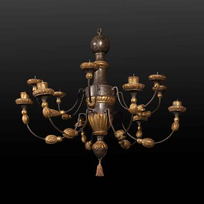 A lacquered and gilded wood chandelier, 12 arms of light, Italy, 18th century (65 cm high, 60 cm diameter)