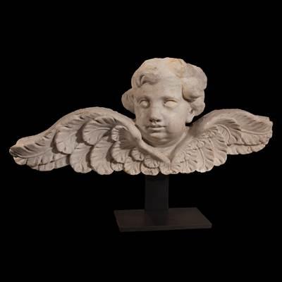 Testa d'angelo con le ali spiegate in marmo bianco di Carrara, Italia, 18° secolo (altezza 29 cm, larghezza 65 cm, profondità 15 cm) su un supporto in metallo (altezza totale 41 cm)