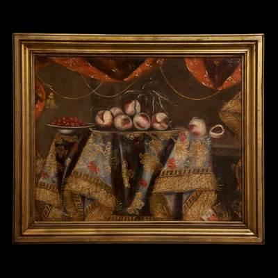 Coppia di nature morte con trionfi di frutta su tessuti ricamati, olii su tela, Italia, inizi 17° secolo (con cornice : 98 cm x 82 cm, senza cornice 81 cm x 64 cm)