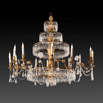 Lampadario in legno scolpito e dorato a 12 bracci, struttura composta da 5 anelli concentrici in metallo con gocce di cristallo, Genova, inizio 19° secolo (altezza 110 cm, diametro 110 cm)