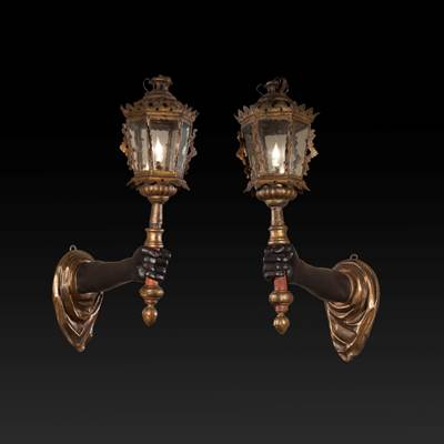 A pair of carved, painted and gilded arms of light supporting 2 lanterns in gilded metal, Venice, 18th century (62 cm high, 46 cm deep, 20 cm wide)