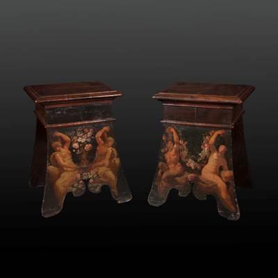 Rare paire de tabourets en noyer, peints à décor de personnages et guirlandes de fleurs, Toscane, début XVIIème (hauteur 57 cm, largeur 47 cm, profondeur 39 cm, assise : 42 cm x 34 cm)