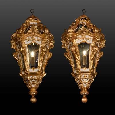 Coppia di monumentali lanterne in legno scolpito, dorato e dipinto avorio, Venezia, 18° secolo (altezza 100 cm, diametro 50 cm)