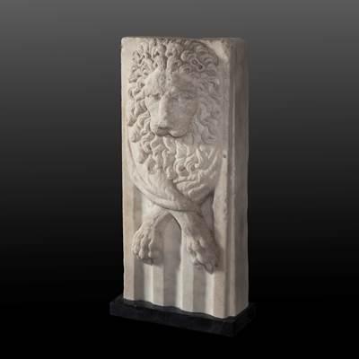 Scultura in marmo bianco figurante la pelle di leone di Nemea con le zampe incrociate su di un pilastro scanalato, Italia, 17° secolo (altezza 40 cm, larghezza 17 cm)
