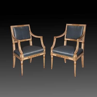 Paire de fauteuils en bois sculpté, laqué ivoire et doré, dossiers rectangulaires, pieds fuselés à l'avant et sabres à l'arrière, Naples, fin XVIIIème, garniture de soie (hauteur 90 cm, largeur 57 cm, profondeur 57 cm)