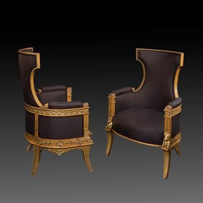 Paire de fauteuils en bois sculpté, laqué et doré à décor de cheval ailé (Pégase) entouré de godrons et palmettes, reposant sur des pieds sabre, Italie, vers 1820 (hauteur 108 cm, largeur 68 cm, profondeur 65 cm)
