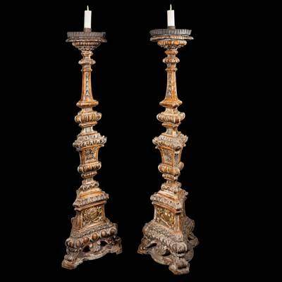 Coppia di importanti torciere finemente scolpite e dorate a mecca, Italia, inizi 18° secolo (altezza 147 cm, 38 cm x 38 cm)